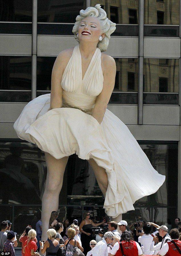 """В Чикаго была установлена скульптура """"Мэрилин навсегда"""""""