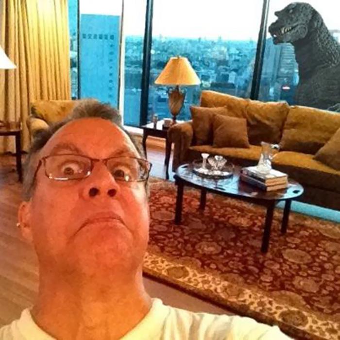 Отец поехал в Токио. Я попросила его прислать фото с видом из окна. Он прислал!