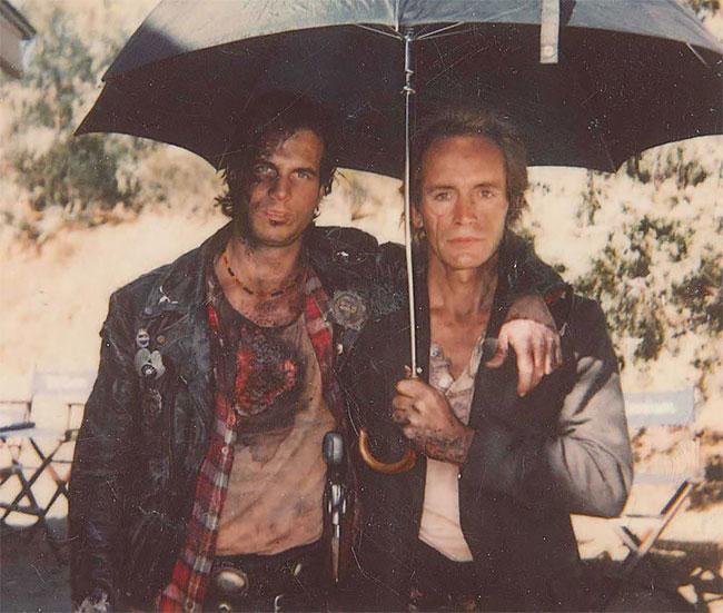 Билл Пэкстон и Лэнс Хенриксен на съемках фильма «Почти полная тьма».