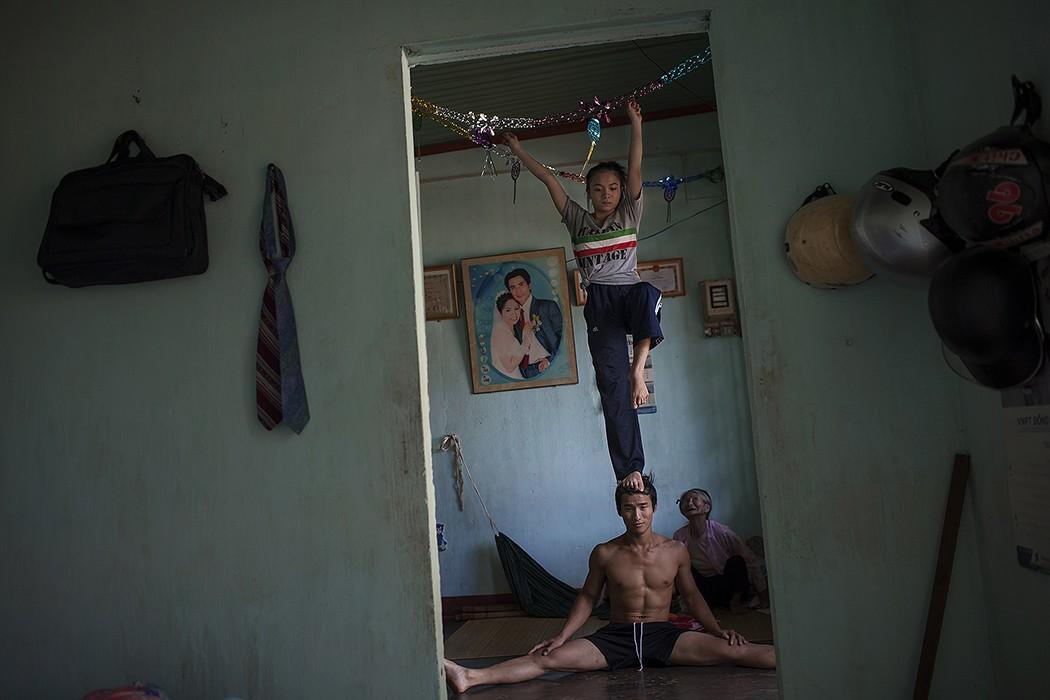 2. Во время работы над проектом фотограф прожил с вьетнамскими циркачами довольно долгое время, и он