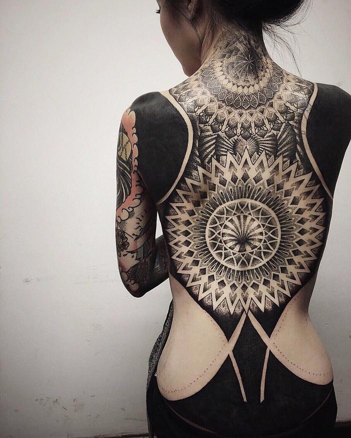 Способ нанесения такой татуировки назван «blackout», что буквально означает «затемнение». И это дейс