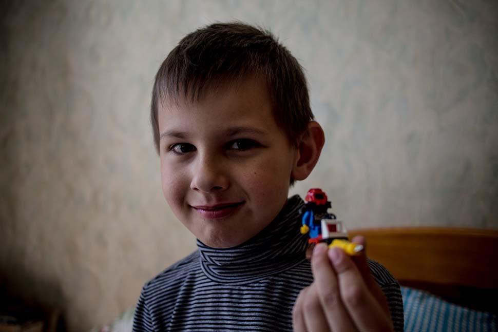 Украина, семейный доход — 694 доллара на взрослого в месяц. Любимая игрушка — фигурка лего.