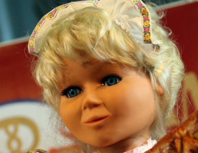 Вдетской комнате оживала кукла иначала двигаеться мебель