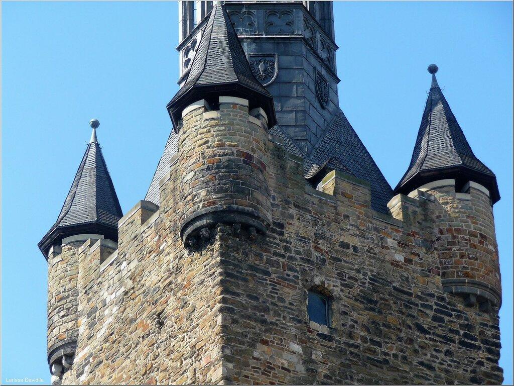 Стены и башни Ратуши.