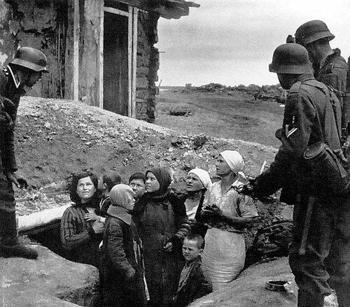 Russia, antifascist war 1941-45 Russia, 1941 |  Les premiЏres patrouilles allemandes dЋbusquent femmes et enfants apeurЋs.