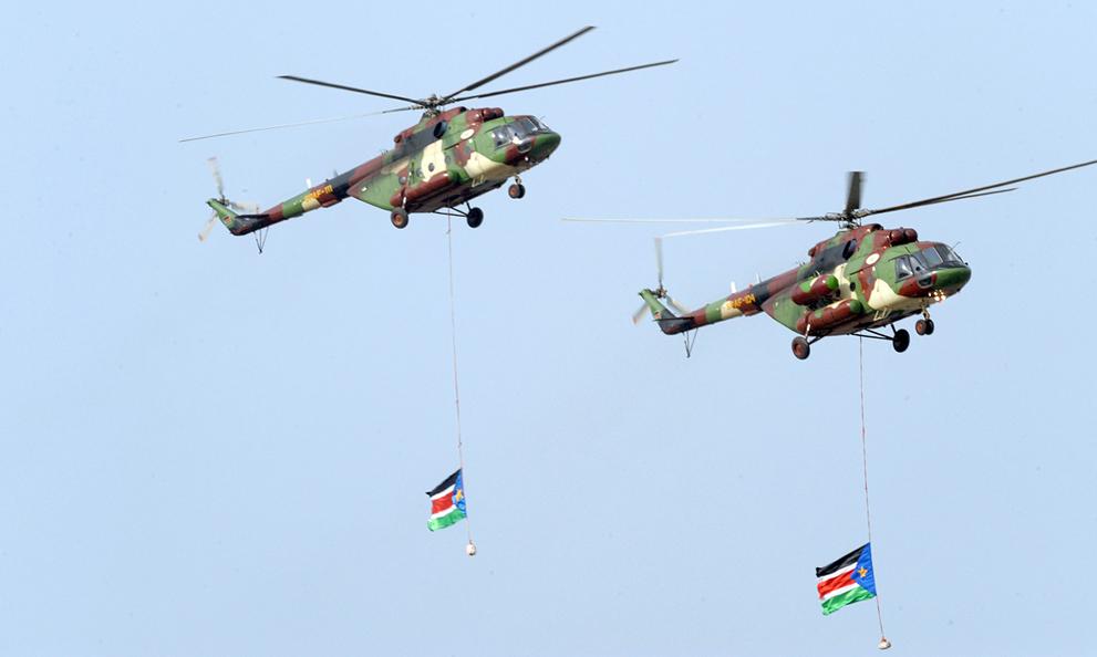 21. Военные вертолеты с флагами Южного Судана на торжественной церемонии. (Phil Moore/AFP/Getty Imag