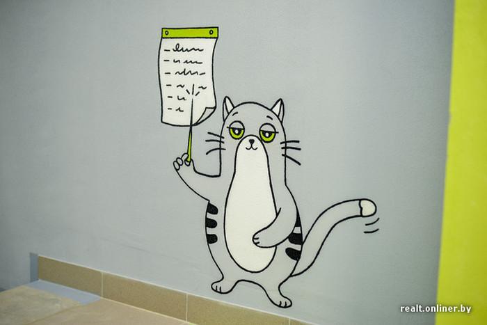 На стенах подъездов новостройки поселился забавный кот