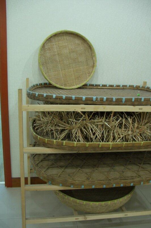 Бамбуковые подносы с шелкопрядом, производство шелка
