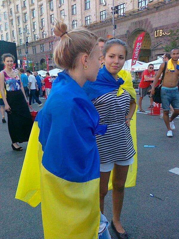 Украинские болельщицы готовятся к игре сборной Украины