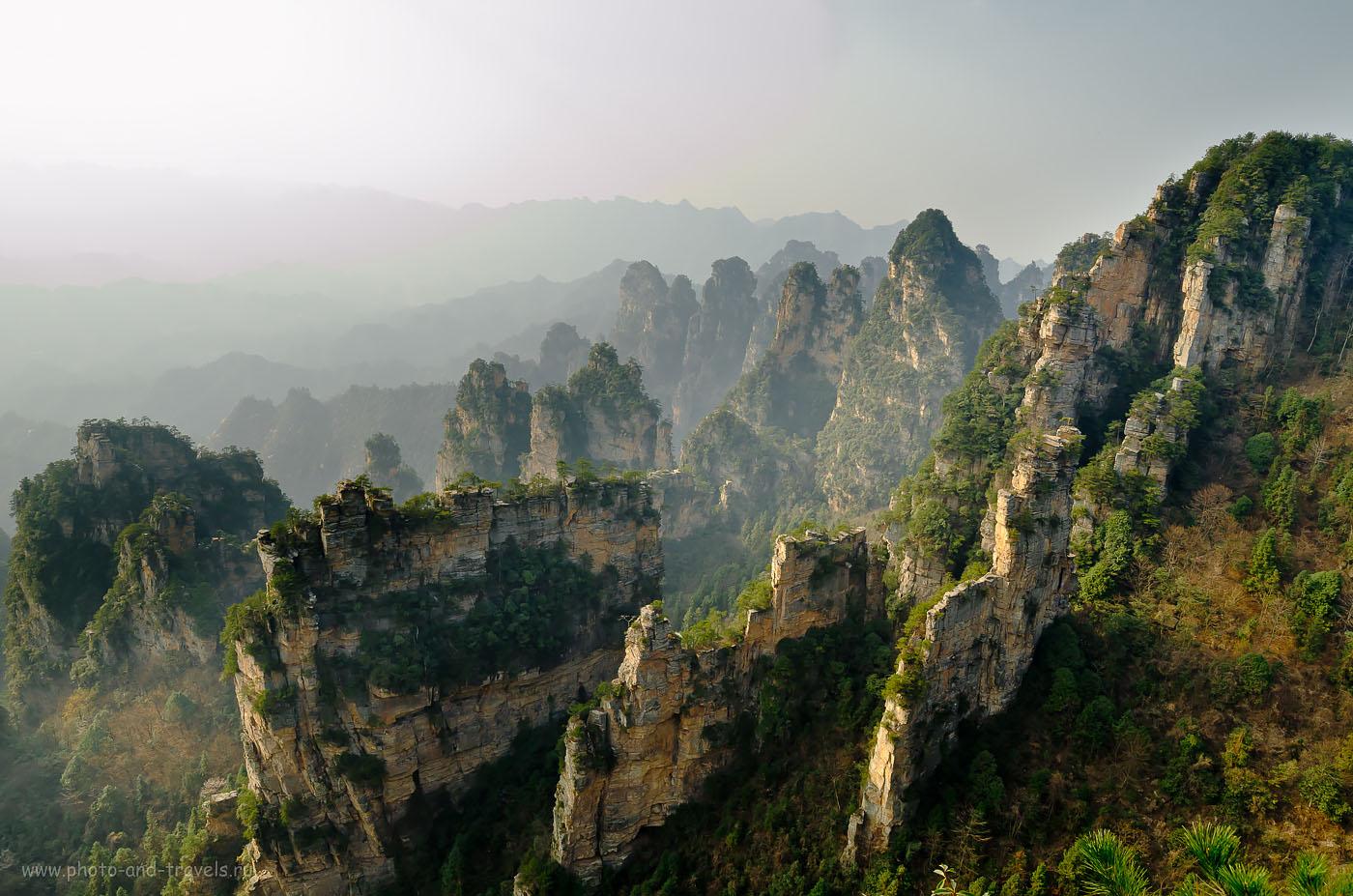 26. Одно из самых восхитительных мест на Земле - горы Чжанцзяцзе в Китае. Не поверите, но лично стоял на краю вот такой скалы и снимал этот пейзаж!