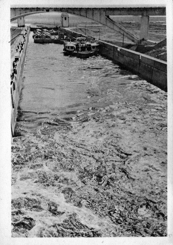Канал Москва-Волга №5. Суда проходят через шлюз №8. Фото А.Шайхета. Изогиз, 1938, тир. 10000 - 1.jpg