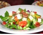 Греческий салат очень фотогеничен.