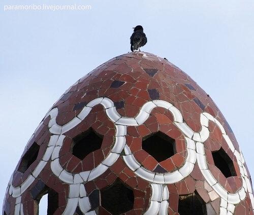 Этот скворец не подозревает, что распевает на башенке самого Гауди/ парк Гуэль