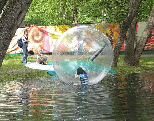 В шаре на воде*