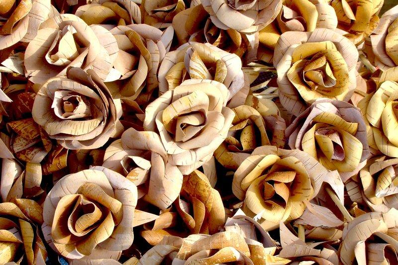 На этой странице можно узнать, как сделать из бересты красивые розы.
