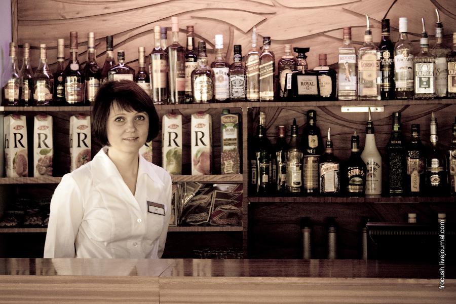 Бармен Елена в в баре «Нева»