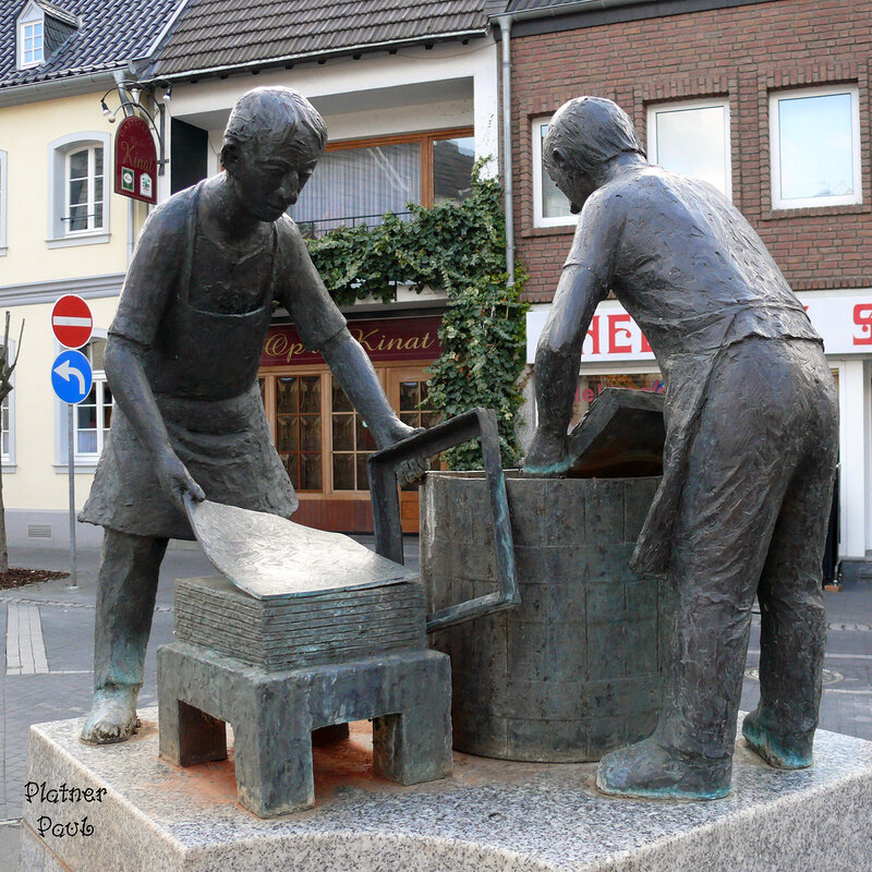 Этот памятник посвящен 200летию со дня открытия бумажных мастерских в г. Цюльпих (Германия)