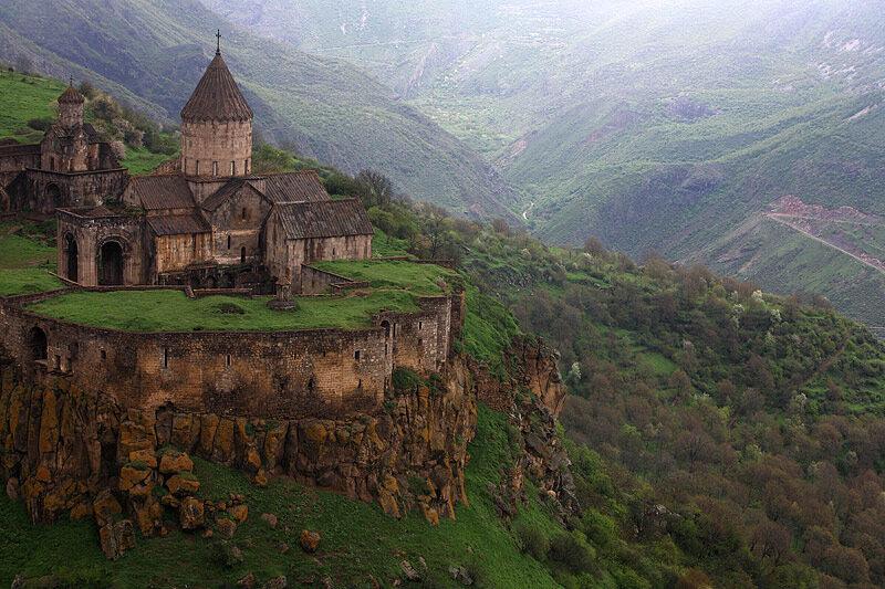 горный храм в Армении