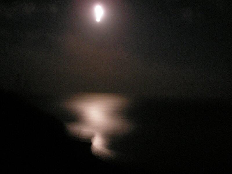 на небе луна, на море гитара