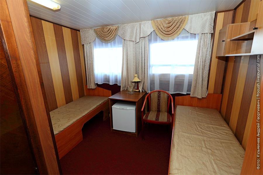 Двухместная каюта увеличенной площади с удобствами №25 на средней палубе. Категория каюты А2+(I). Кондиционер и две односпальные кровати в каюте. Теплоход «Башкортостан». Фотография