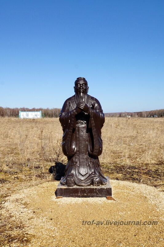 Памятник на месте будущего строительства Китайского этнодвора. Этномир, Калужская обл.