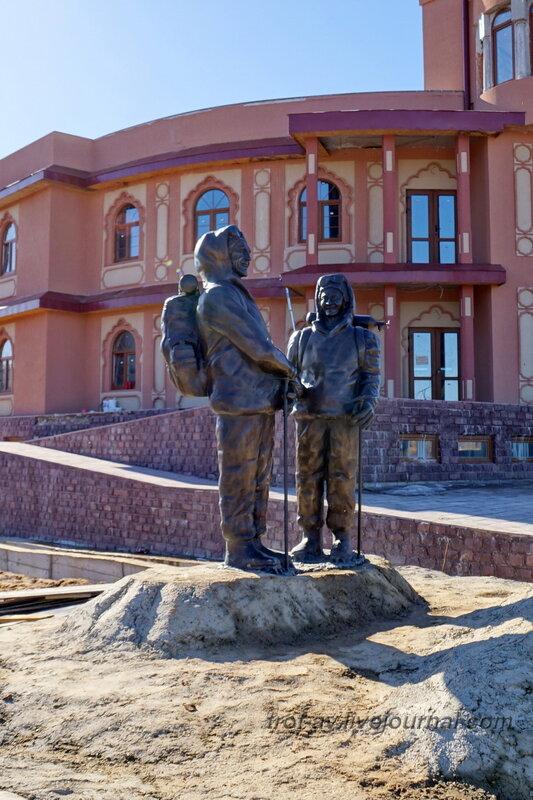 Памятник первым покорителям Эвереста: Эдмунд Хиллари и Тенцинг Норгей. Этномир, Калужская обл.