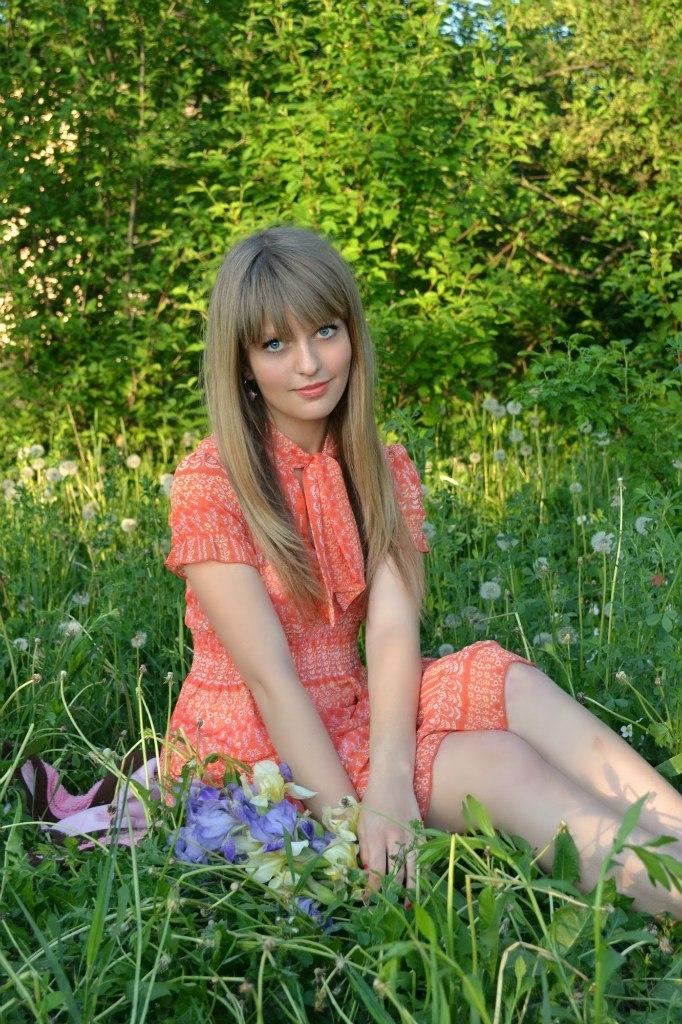 Голубоглазая красотка в платье с букетом цветов