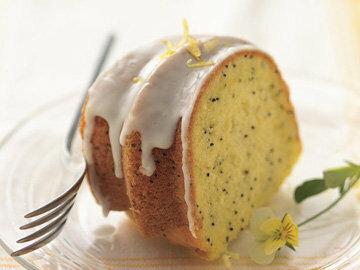 Подать пирог с маком со сметаной