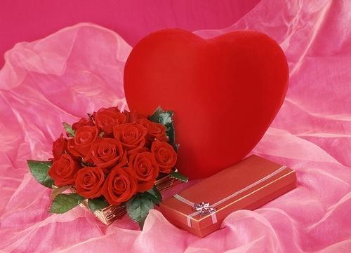 Прекрасная открытка с сердечком, букетом роз и подарком