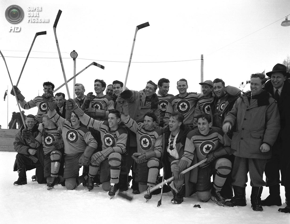 Швейцария. Санкт-Мориц, Граубюнден. 8 февраля 1948 года. Канадская сборная по хоккею после победы в