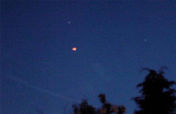 Граждане Сан-Диего увидели внебе таинственные огненные шарики