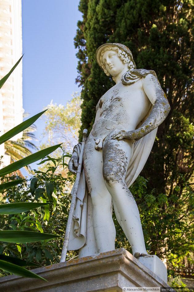 Статуя юноши во дворце Ахиллеон