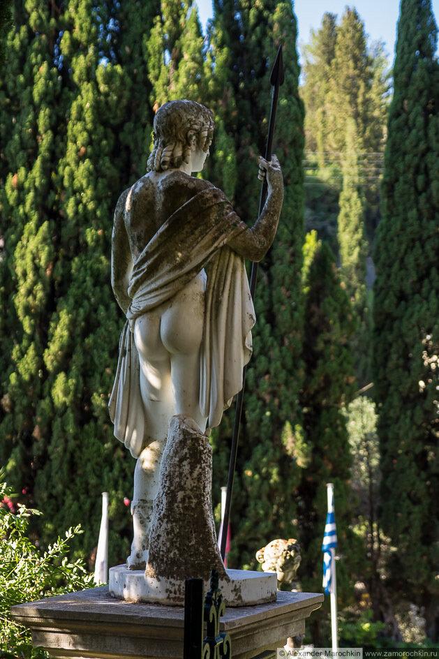 Скульптура обнажённого воина с копьём, вид сзади. Дворец Ахиллеон