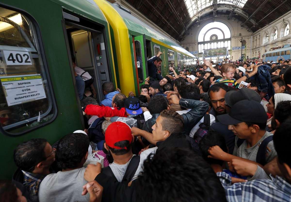 Штурм Будапешта: Мигранты с Ближнего Востока на ж/д вокзал венгерской столицы (19)