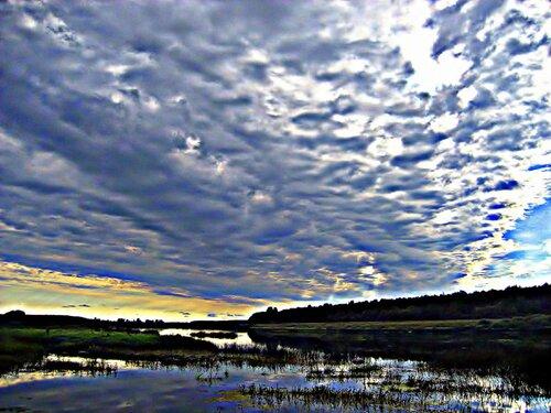 Небо хмурится над рекой