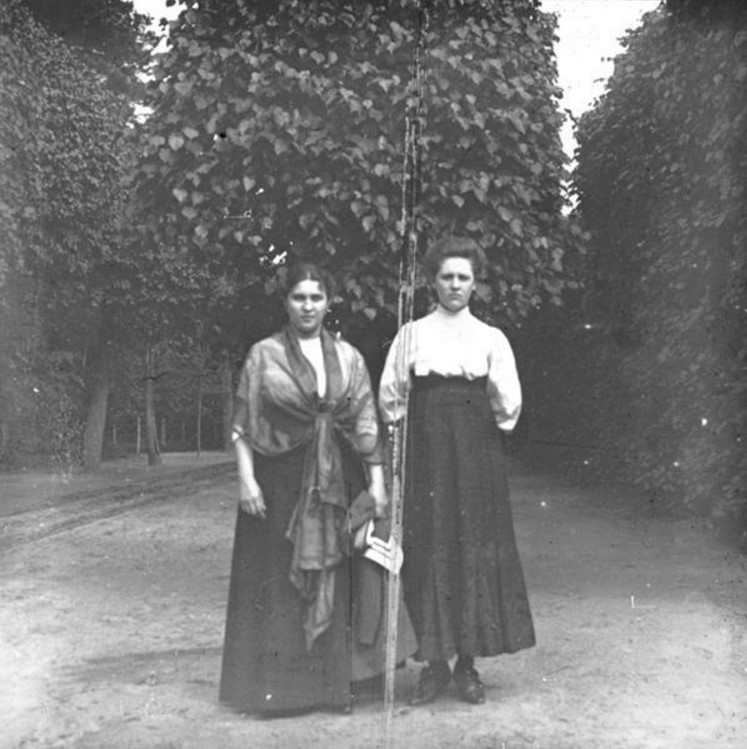 Слева — А. Н. Авдонина, жена фотографа