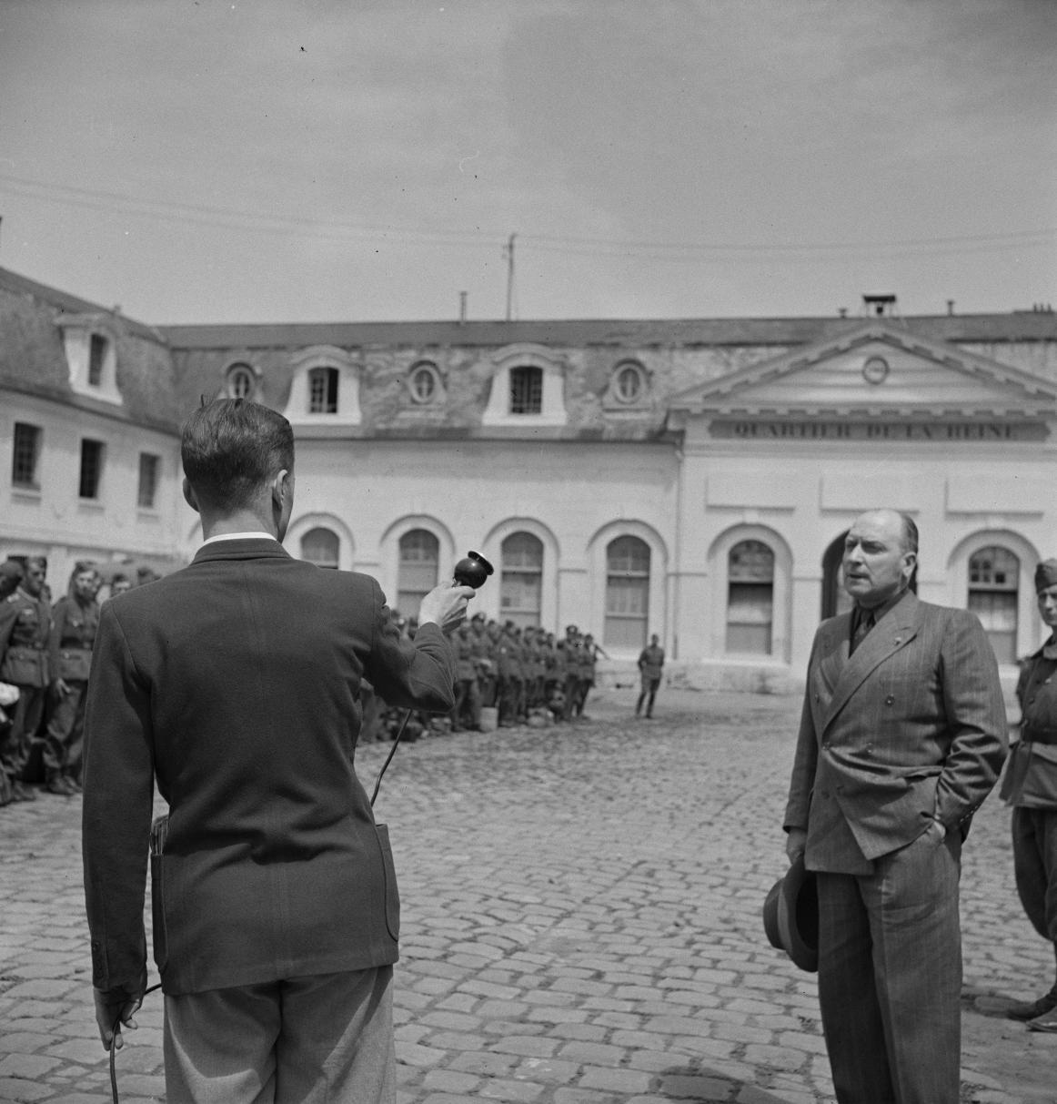 14. Пьер Костантини выступает перед легионерами