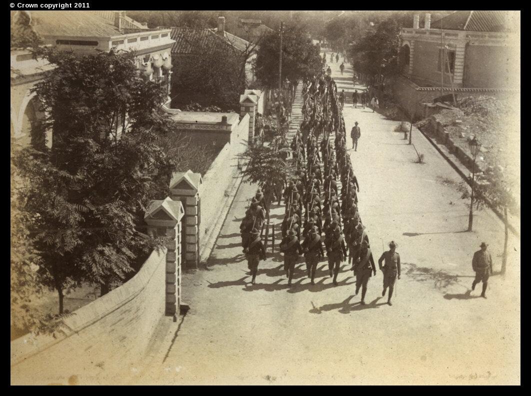 Союзные войска маршируют по Виктория-роуд