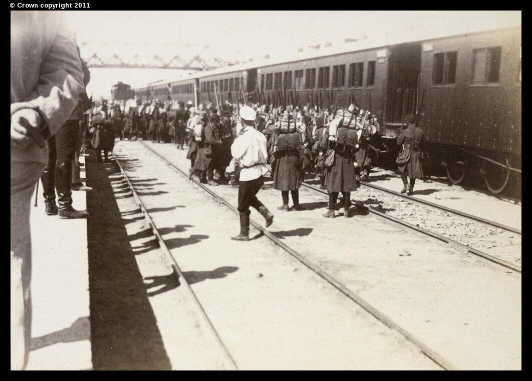 Французская пехота прибыла на железнодорожный вокзал в Тяньцзине