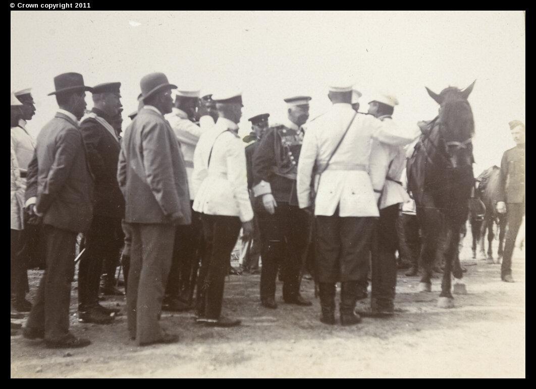Граф Альфред фон Вальдерзе обменивается рукопожатием с русскими офицерами