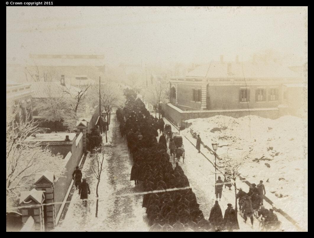 Союзные войска маршируют по Виктория-роуд зимой