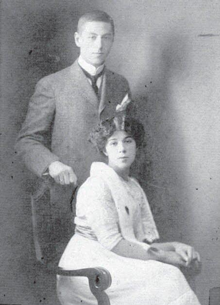 Родители Анны — Мария Михайловнаи Юрий Андреевич Бетулинские.Фотография 1916 года