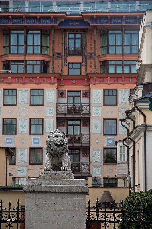 Скульптура льва над воротами Городской усадьбы П. П. Хрущева — А. А. Котлярева