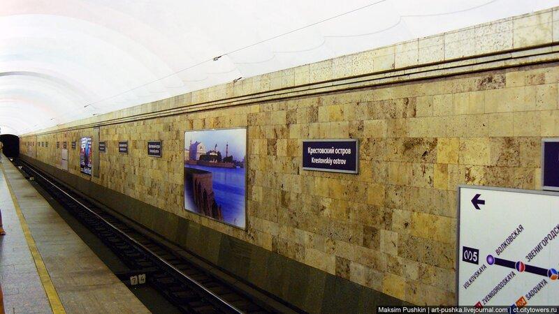 Иногда так случалось, что приходилось ложится и прижиматься к стене вплотную, чтобы не задел поезд.