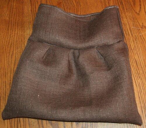 Помимо оборок сумка украшена розочками из ткани.  Как сшить такую сумку...