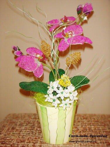 Меня зовут Светлана.  В этой теме я хотела бы поделиться с вами моими цветочными композициями из бисера.
