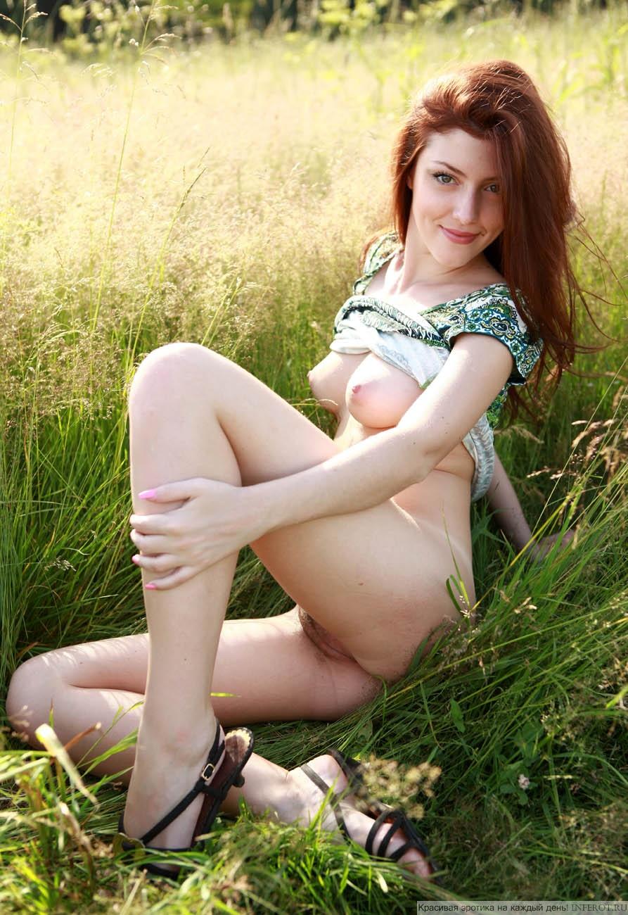 Голенькая рыжая девчонка среди травы (20 фото)