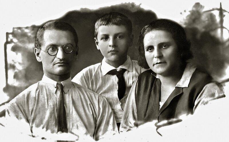 Ю.Левитанский с папой и мамой, начало 30-х.