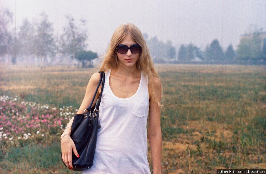 Блондинка на лугу.