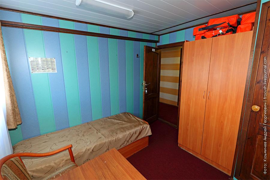 Двухместная одноярусная каюта увеличенной площади №46 на главной палубе с удобствами (умывальник, душ, туалет). Категория каюты А2+(II). В этой каюте два обзорных окна и две односпальные кровати. Теплоход «Башкортостан»
